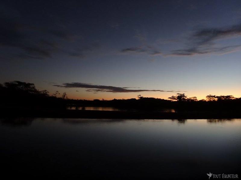 coucher-de-soleil-lagune-cuyabeno-tout-equateur