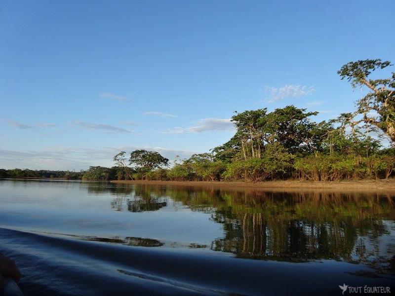 pirogue-riviere-cuyabeno-tout-equateur