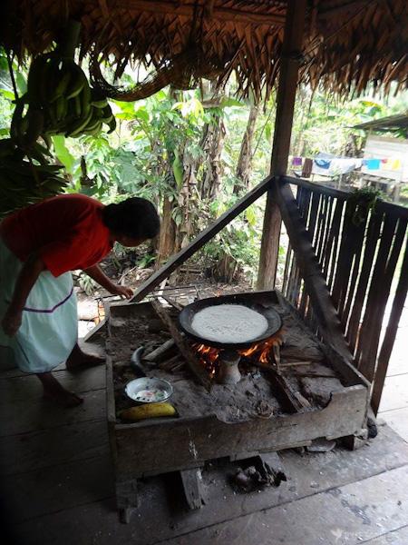tortilla-yuca-communauté-cuyabeno-tout-equateur