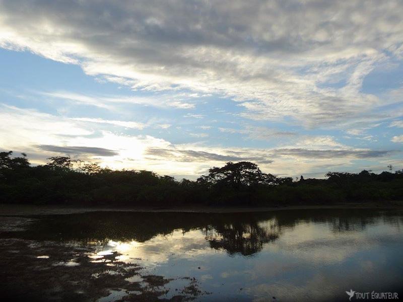 traversée-pirogue-cuyabeno-tout-equateur