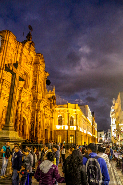 centre-ville-historique-nuit-quito-tout-equateur