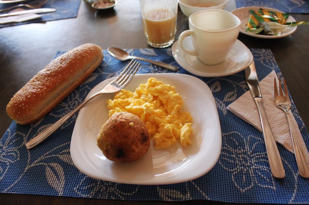 Petit-déjeuner en deux parties: Bolón (banane plantain et fromage) et omelette, Miam!