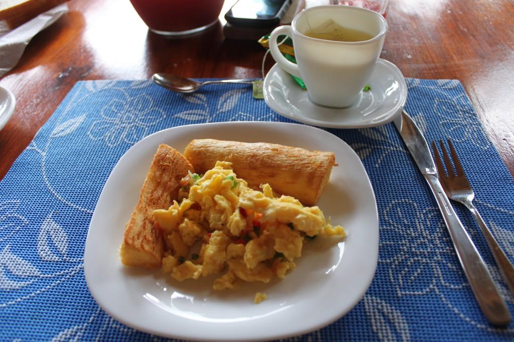 Petit déjeuner deuxième jour! Toujours aussi délicieux: Yuca frite et omelette :)