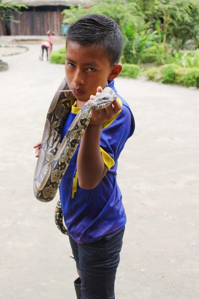 Petit garçon de la communauté montre son serpent